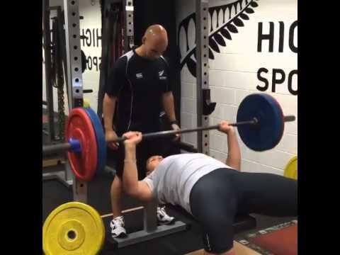 L'olimpionica del getto del peso Valerie Adams recupera dopo l'infortunio e solleva 120 Kg nella panca, le foto