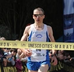 Maratoneta travolto e ucciso da un'auto sul ciglio della strada