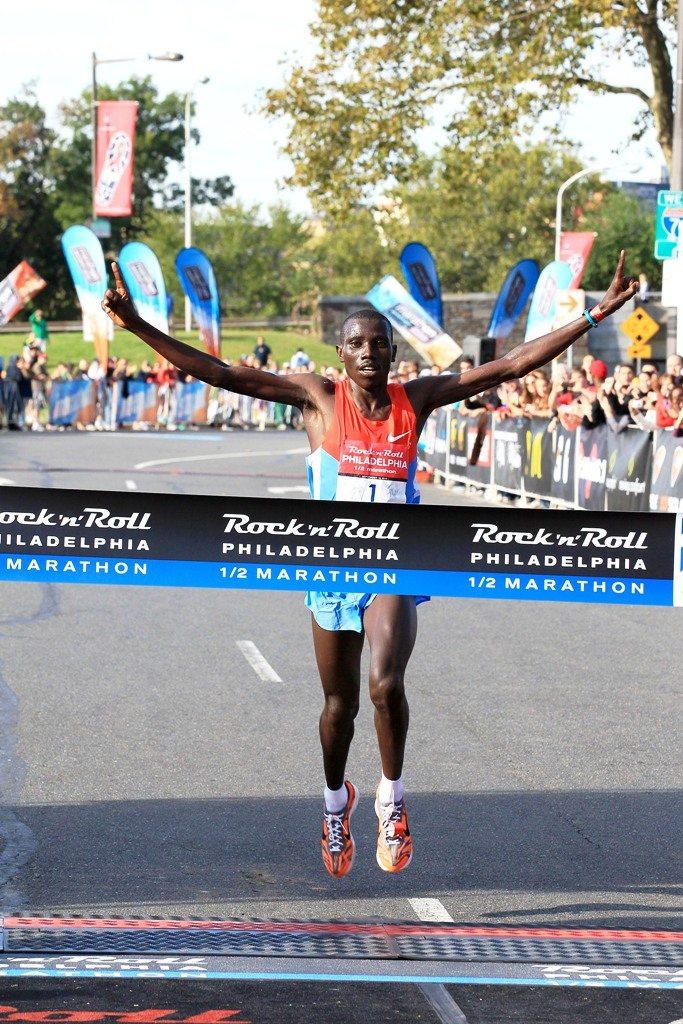 Risultati Maratona Parigi 2016: Cyprian Kotut e Visiline Jepkesho sono i vincitori della Schneider Electric Marathon de Paris
