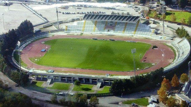Giovani atleti protestano allo stadio Angelini di Chieti contro le tariffe esorbitanti per l'accesso alla pista
