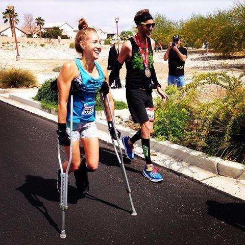 Donna corre mezza maratona con le stampelle e batte 43 runner che correvano normalmente