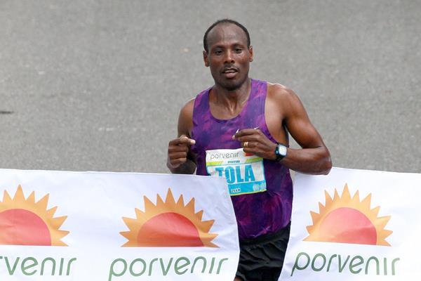Tadese Tola e Purity Rionoripo vincono la mezza maratona di Bogotà in Colombia