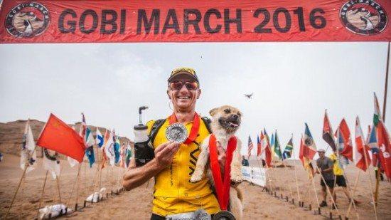 Ultra-maratoneta ritrova il cane randagio che lo accompagnò in una gara in Cina