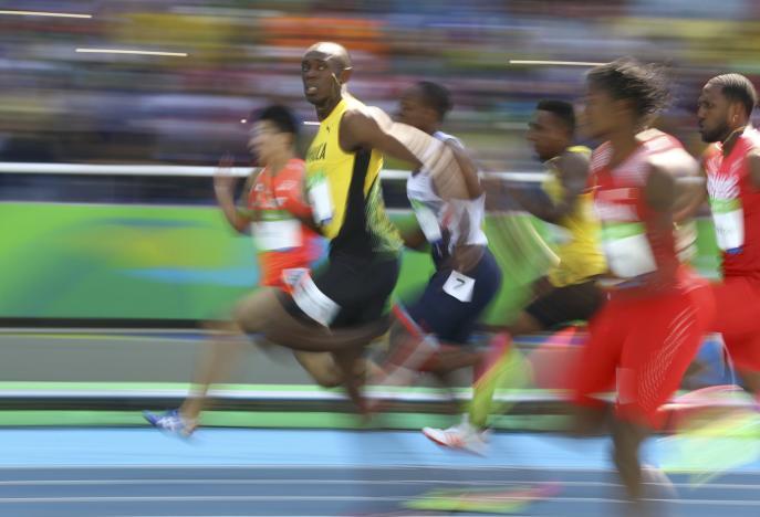 Rio 2016 atletica: Usain Bolt infiamma lo stadio e passeggia in 10.07 nella batteria dei 100 metri