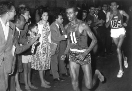 Run with Roma: migliaia in Corsa per ricordare l' impresa di Bikila ai Giochi del '60