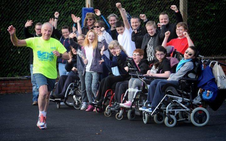 Runner 75enne corre 75 maratone in 75 giorni per raccogliere fondi per  una scuola inglese