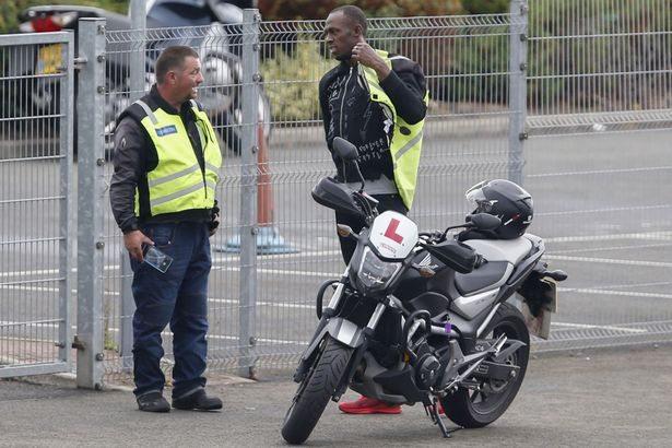 Usain Bolt a scuola guida, prende lezioni  per la moto