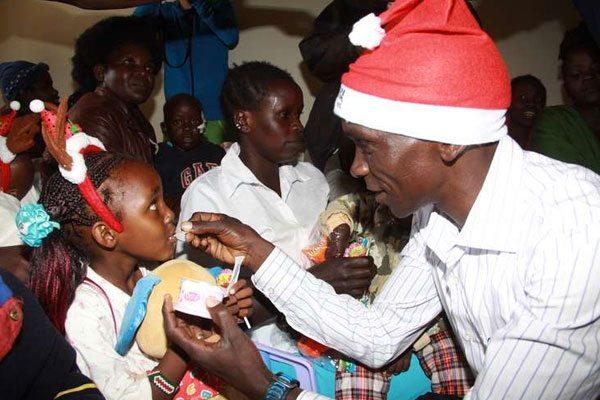 Per Natale i Campioni keniani portano regali ai bambini ricoverati in Ospedale