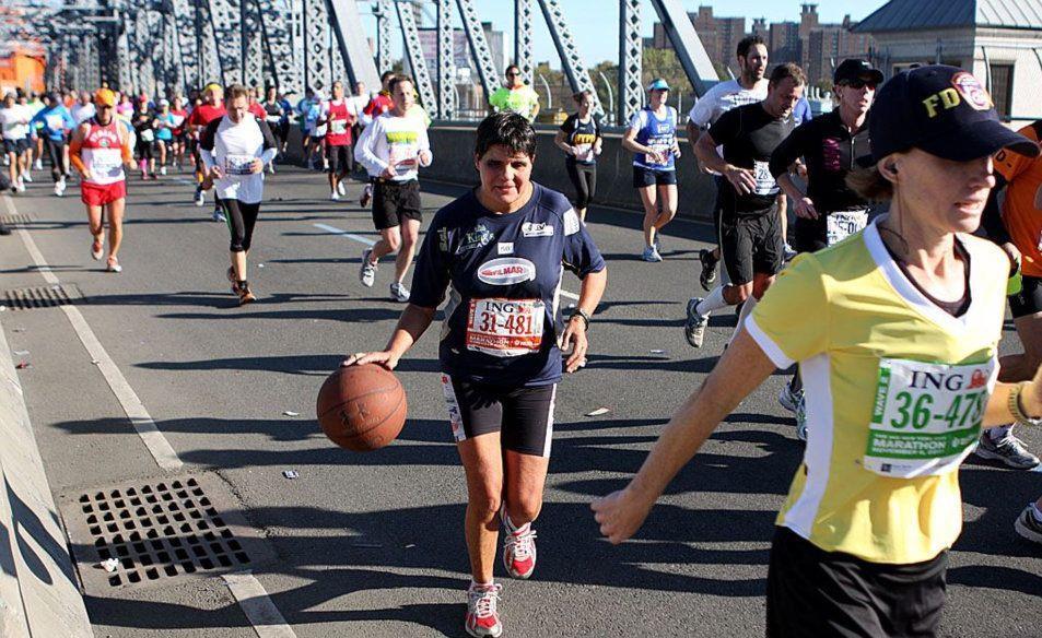 Marinella Satta: Maratona di Roma palleggiando con due palloni basket- di  Matteo SIMONE