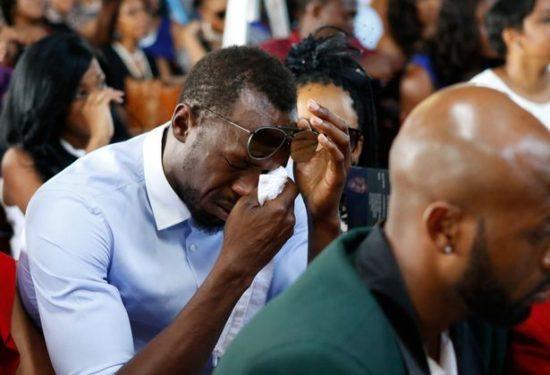 Usain Bolt in lacrime durante il funerale del grande amico saltatore in alto Germaine Mason- Le immagini