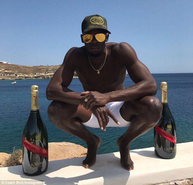 Usain Bolt festeggia con champagne sotto il sole la fine della carriera