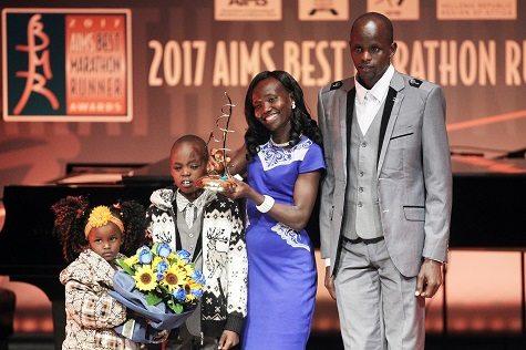 Mary Keitany con la sua famiglia durante il gala di Atene