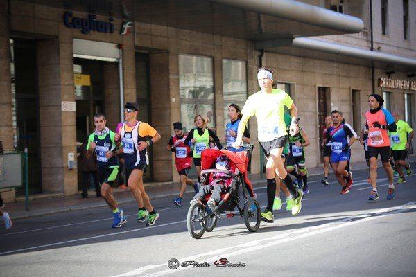 Runner squalificato perchè spingeva il passeggino della figlia durante la Mezza Maratona di Cagliari
