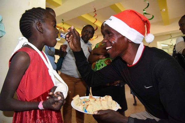 A Natale Eliud Kipchoge porta regali ai bambini in Ospedale