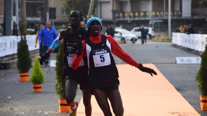 La Terni Half Marathon finisce con uno sprint a spallate e squalifica (video)