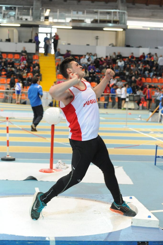 Un super Carmelo Musci batte il record italiano allievi indoor di getto del peso