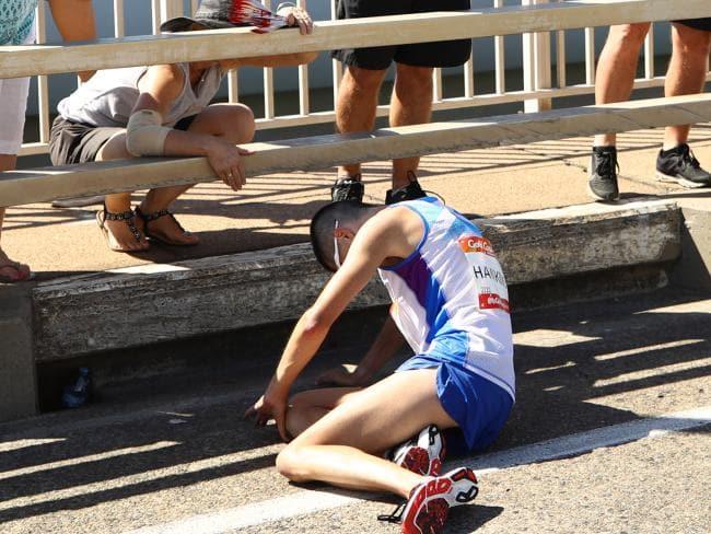 Dramma nella maratona: collassa runner in Australia a pochi km dalla vittoria e nessuno lo aiuta!-IL VIDEO