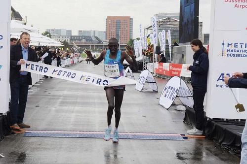 Corre 1 km in più ma vince lo stesso la Maratona di Dusseldorf