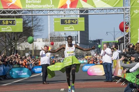 Record del mondo sfiorato nella Mezza Maratona di Berlino