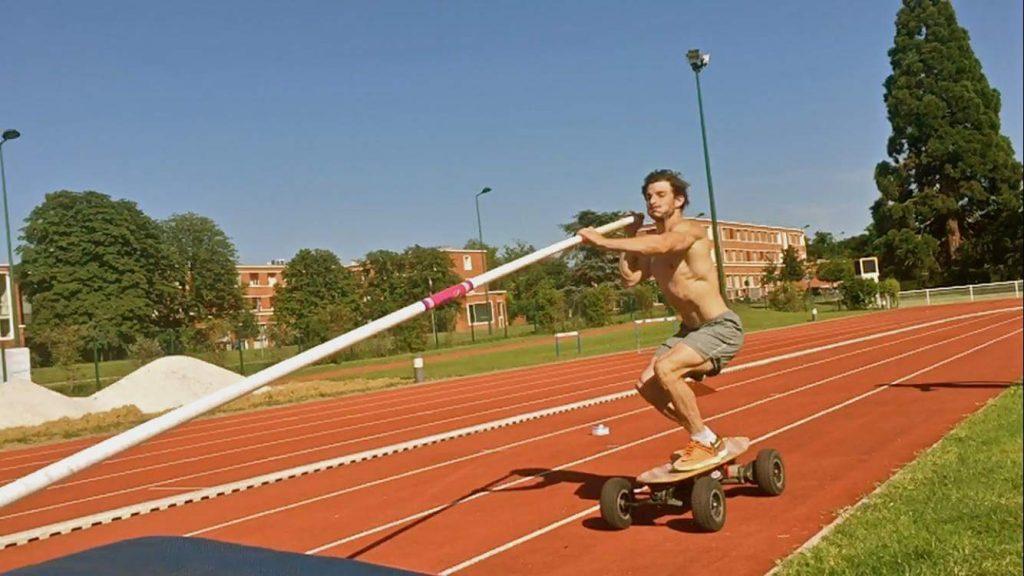 Salta 6,17 nell'asta più del record del mondo... con uno skateboard