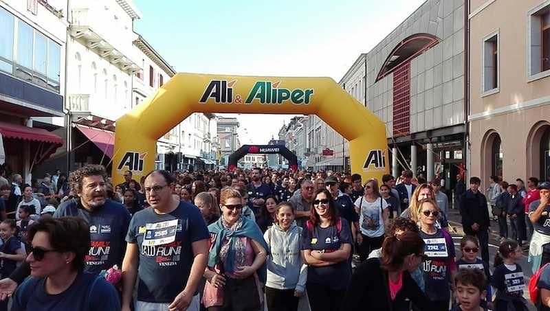 Aspettando la 33^ Huawei Venicemarathon: In 3500 questa mattina a San Donà di Piave per Alì Family Run