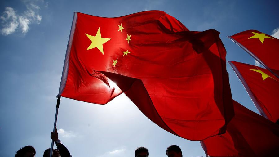Fermata da due volontari maratoneta cinese perde la gara e se la prende con la bandiera scatenando le polemiche! - IL VIDEO