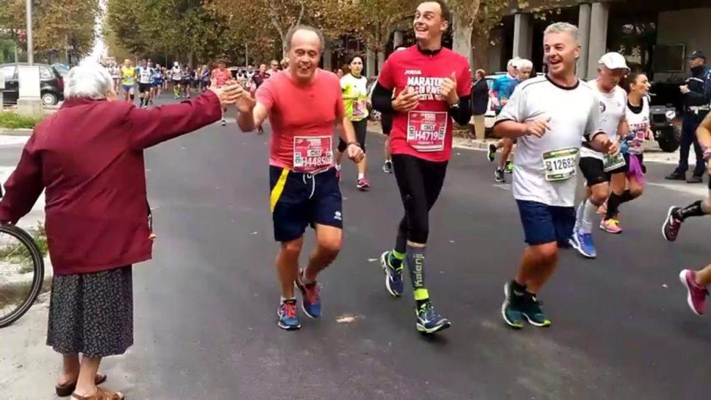 Nonnina da' il cinque durante i tricolori di Maratona a Ravenna, il video virale