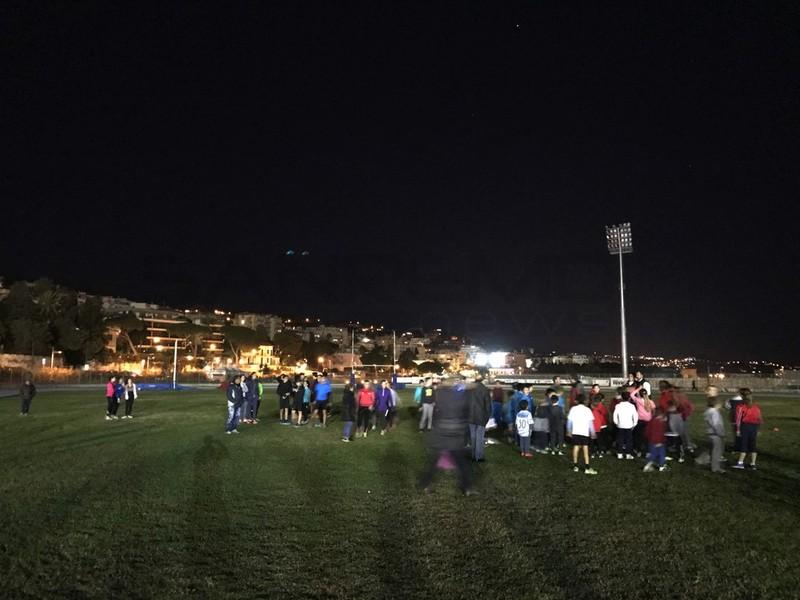 Rabbia nel campo di atletica: manca la luce, i genitori illuminano la pista con i fari delle auto
