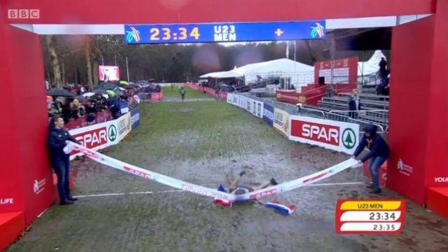 Eurocross brutta figura del francese U23: si tuffa all'arrivo per festeggiare sbatte il ginocchio-IL VIDEO