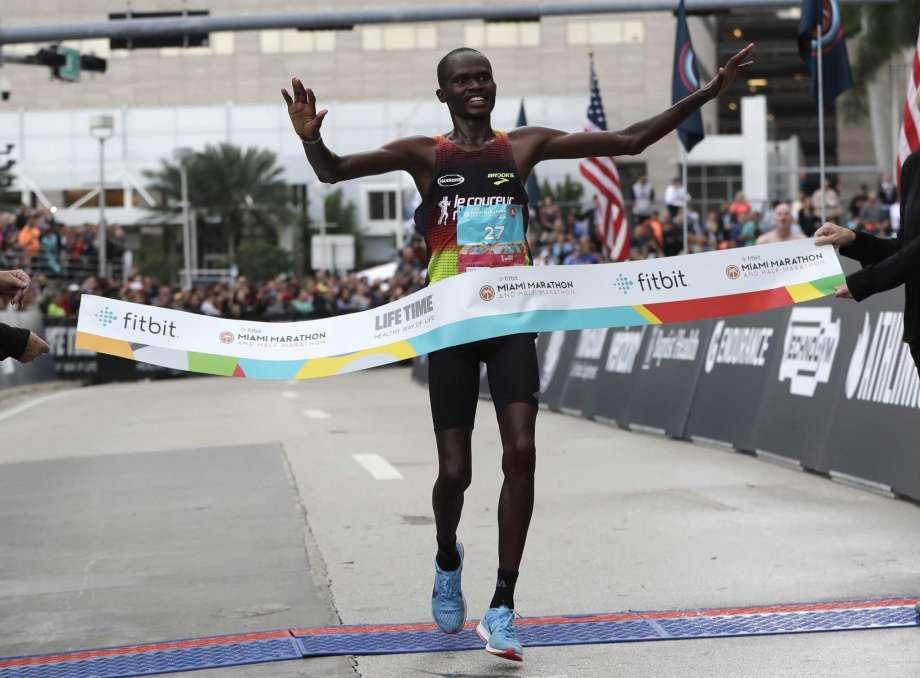Il keniano Kipsang vince clamorosamente al debutto la maratona a Miami