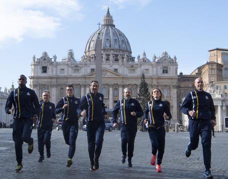 Alcuni atleti in Piazza San Pietro dopo la presentazione di Athletica Vaticana, la prima associazione sportiva costituita, e con sede, nello Stato della Città del Vaticano, Roma 10 gennaio 2019.  ANSA/MAURIZIO BRAMBATTI