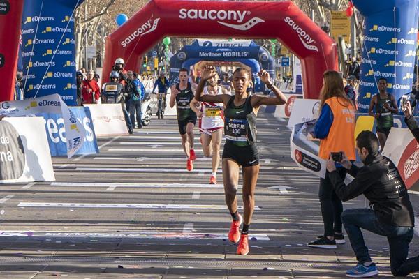 DEREJE E KIPTANUI vincono la mezza maratona di Barcellona