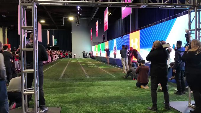 Usain Bolt corre le 40 yard (36,5 metri) in 4.22, non si darà al Football Americano?-  il video