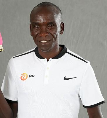 Eliud Kipchoge dona una delle sue scarpe di Rio per motivare le persone a iniziare a correre