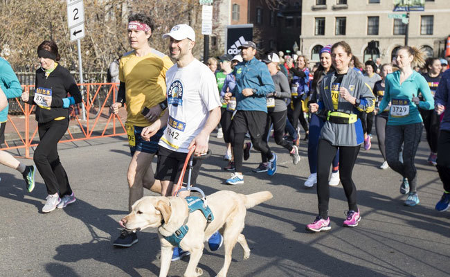Runner cieco entra nella storia: conclude la mezza maratona con il solo aiuto di 3 cani guida