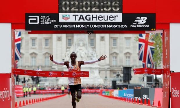 Eliud Kipchoge inarrestabile, vince la maratona di Londra col 2° tempo di sempre, grande l'azzurro Rachik
