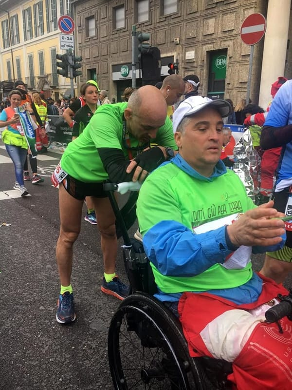 """Corrono la maratona di Milano spingendo l'amico su una sedia a rotelle"""" l'impresa di Max e Luciano"""