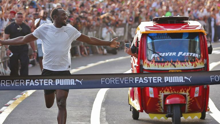 Usain Bolt sfida un taxi e lo batte allo sprint- Il video