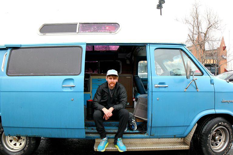 L'incredibile storia del campione della Maratona di Dallas,  vive dentro un furgone!