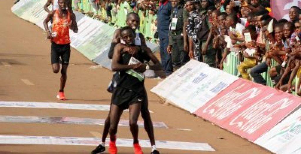 Collassa all'arrivo:  runner si ferma per sostenerlo rinunciando alla vittoria,  premiato!