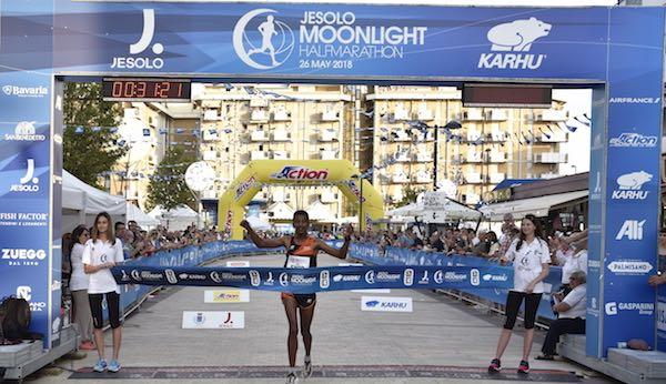 Eyob Faniel sfida il keniano Mwangi alla Jesolo Moonlight Half Marathon