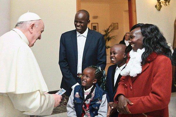 La primatista mondiale di maratona Mary Keitany incontra Papa Francesco a Roma