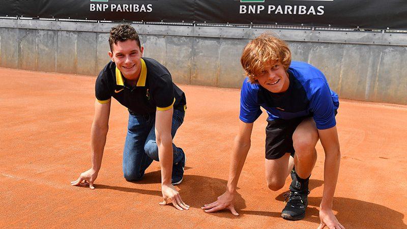 """Tortu """"sfida"""" il tennista Sinner in uno scatto dai blocchi agli internazionali di tennis di Roma"""