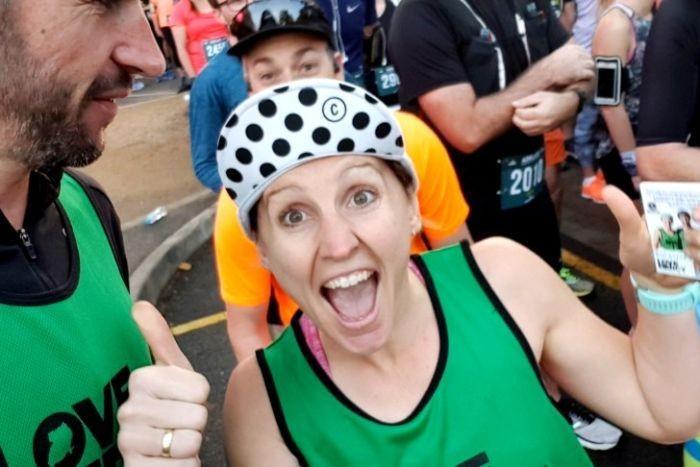 Coppia di coniugi corre una mezza maratona ogni giorno per 77 giorni, record del mondo