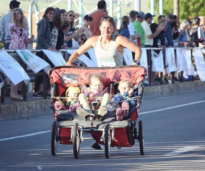 Mamma runner corre 3h.11 la  maratona spingendo un passeggino con i tre figli del peso di 84 Kg