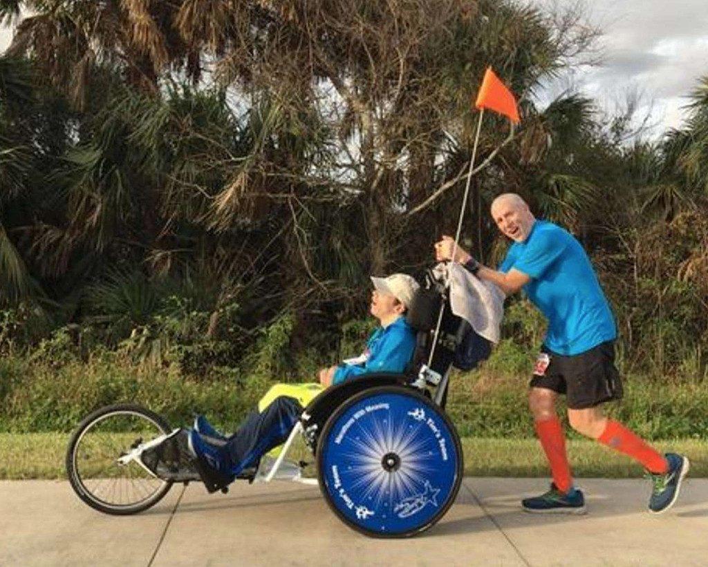 Runner corre 45 Maratone spingendo giovani disabili in carrozzina
