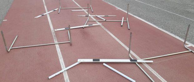 Delinquenti a Gela distruggono attrezzi da corsa e ostacoli