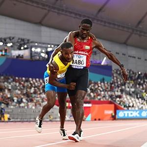 Doha, gesto da libro cuore nei 5.000 metri: atleta sta per collassare all'arrivo e viene sorretto da un'altro runner