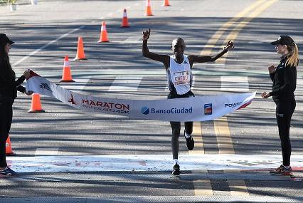 Chebet batte il record della maratona di Buenos Aires con 2:05:02
