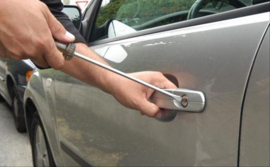 furto-auto-ladro